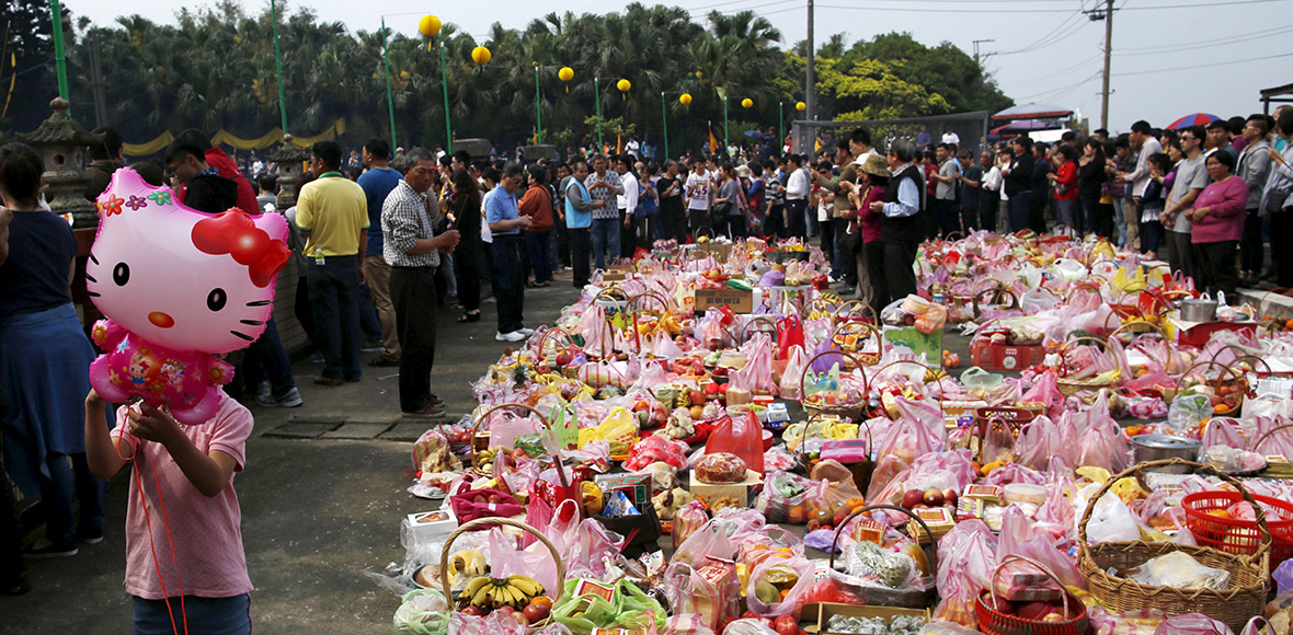 Chinese people give food and fake money to dead relatives on Tomb Sweeping Day